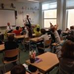 leerlingen in klas met wijkagent