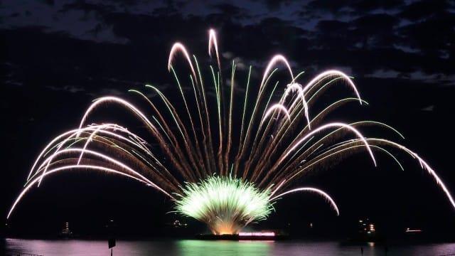 Verlichte botenshow, artiesten en vuurwerk - Nieuwe Meerbode