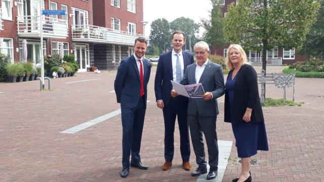 Het college van burgemeester en wethouders van Aalsmeer. Geheel links wethouder Robbert-Jan van Duijn van Schipholzaken.