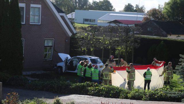 Auto rijdt vanaf dijk tegen woning aan