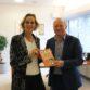 Maria Ekelschot overhandigt 'Dan wil ik de burgemeester spreken' aan de burgemeester