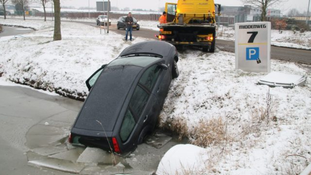 auto in sloot Middenweg