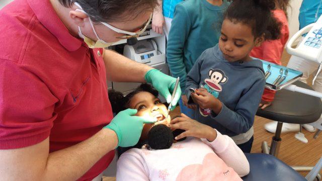leerlingen bezoeken tandartspraktijk