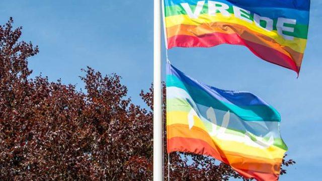 gemeente schaft regenboogvlag aan